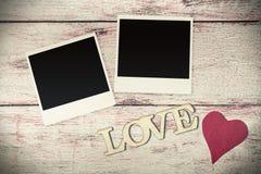 Les lettres d'amour ont découpé sur le vieux fond en bois Photographie stock