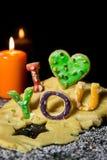 Les lettres de biscuit avec la pâte de biscuit et une bougie, textotent je t'aime Photographie stock libre de droits