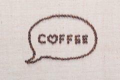 Les lettres de café en nuage d'entretien des grains de café sur la toile de toile ont arrangé étroitement  photos stock