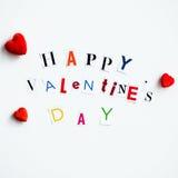 Les lettres de jour heureuses de valentines ont coupé des magazines Photographie stock libre de droits