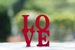 Les lettres en bois expriment le ` d'AMOUR de ` avec la lettre en bois Photo libre de droits