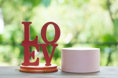 Les lettres en bois expriment le ` d'AMOUR de ` avec la lettre en bois L, O, V et E sur la table en bois Images libres de droits