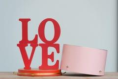 Les lettres en bois expriment le ` d'AMOUR de ` avec la lettre en bois L, O, V et E sur la table en bois Photos stock
