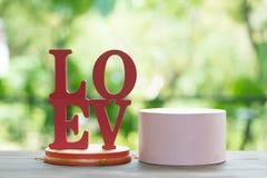 Les lettres en bois expriment le ` d'AMOUR de ` avec la lettre en bois L, O, V et E sur la table en bois Photographie stock