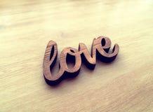 Les lettres en bois formant le mot AIMENT écrit sur en bois Photo stock