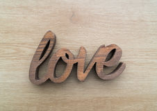 Les lettres en bois formant le mot AIMENT écrit sur en bois Image libre de droits
