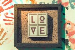 Les lettres en bois formant le mot AIMENT écrit sur le fond en bois Photos stock