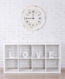 Les lettres en bois formant le mot AIMENT dans des clo modernes d'étagère et de vintage Photos stock