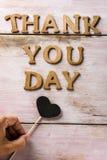 Les lettres en bois formant le texte vous remercient jour Photos stock