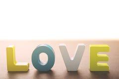 Les lettres en bois forment l'amour de mot Photo libre de droits