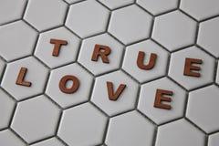 Les lettres formant les mots rectifient l'amour sur les tuiles formées par hexagone Photos stock