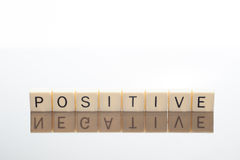 Les lettres orthographient le positif avec la réflexion négative Photographie stock