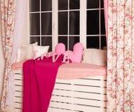Les lettres roses décoratives formant le mot AIMENT avec les oreillers roses Photo libre de droits