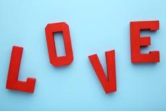Les lettres rouges aiment sur le fond bleu Mot d'amour photos libres de droits
