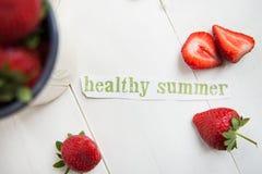 Les lettres saines d'été ont coupé de la magazine, fraises Images stock