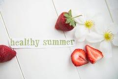 Les lettres saines d'été ont coupé de la magazine, les fraises n Image stock