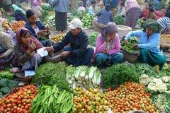 Les légumes lancent sur le marché dans Myanmar Images stock