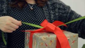 Les liens châtains de concepteur cintrent sur emballer le présent de nouvelle année d'isolement clips vidéos