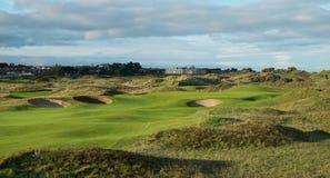 Les liens jouent au golf le trou avec le fairway de roulement dans la lumière de remorquage Photographie stock libre de droits