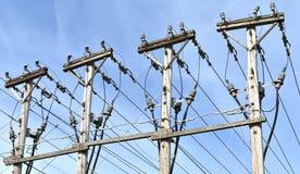 Les lignes électriques à haute tension servent les voisinages locaux photographie stock