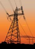 les lignes électriques actionnent des pylônes Photo stock