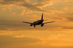 Les lignes aériennes d'Airbus A320-231 ER-AXO pilotent on volant dans le ciel de soirée Photos libres de droits