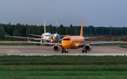 Les lignes aériennes d'Embraer ERJ 190 Saratov se prépare au décollage Image libre de droits