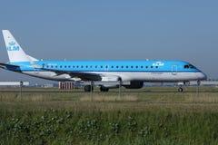 Les lignes aériennes de KLM Royal Dutch voyagent en jet le roulement sur le sol dans l'aéroport de Schiphol, l'AMS Images libres de droits