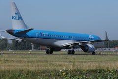 Les lignes aériennes de KLM Royal Dutch voyagent en jet le roulement sur le sol dans l'aéroport de Schiphol, l'AMS Vue arrière Photos libres de droits