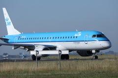 Les lignes aériennes de KLM Royal Dutch voyagent en jet le roulement sur le sol dans l'aéroport de Schiphol, l'AMS, vue de plan r Photographie stock