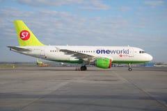Les lignes aériennes de la Sibérie des lignes aériennes S7 d'Airbus A319 (VP-BTN) sur l'aérodrome de l'aéroport de Domodedovo mos Images libres de droits