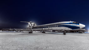Les lignes aériennes du Tupolev Tu-154m Alrolsa se sont garées à l'aéroport la nuit Images stock