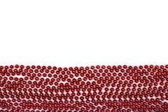 Les lignes de la guirlande de perles de rouge filètent d'isolement sur le fond blanc Images stock
