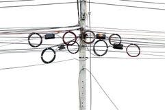 Les lignes de télécommunication accroche sur le poteau électrique photographie stock libre de droits