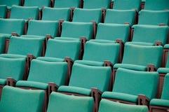 Les lignes des sièges verts Photos stock