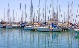 Les lignes des yachts de luxe dans Duquesa mettent en communication en Espagne sur le del de côte Photographie stock