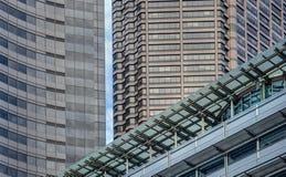 Les lignes fortes des bâtiments du centre créent l'art abstrait Photographie stock libre de droits