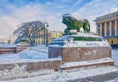 Les lions au remblai d'Amirauté de la rivière de Neva Photo stock