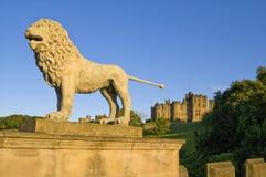 Les lions jettent un pont sur et Alnwick Castl Photographie stock libre de droits