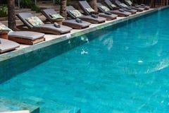 Les lits pliants s'approchent de la piscine Images libres de droits