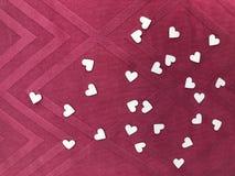 Les livres blancs de forme de coeur sur le modèle carré dentellent le tissu, concept de  de day†du ` s de valentine de ` Photographie stock