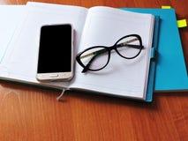 Les livres blancs sur la table sont dans le bureau Photo stock