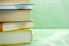 Les livres empilent sur la chaise en bois pour les affaires, éducation de nouveau au concept d'école photographie stock libre de droits