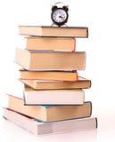 Les livres et l'horloge d'alarme durs de cache ont isolé Photo stock