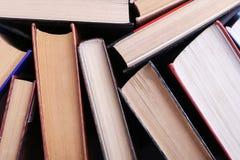 Les livres se tiennent aléatoirement Le fond de livre, la connaissance est puissance photographie stock libre de droits