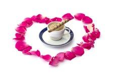 Les lobes des roses qui sont présentées et tasse de café, amour soumis Photo stock