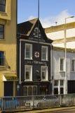 Les locaux commerciaux originaux du ` s de Tedford le plus vieux navire des fournisseurs à Belfast, Irlande du Nord images libres de droits