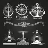 Les logos nautiques marins et les emblèmes de vintage avec des phares ancre la corde illustration libre de droits