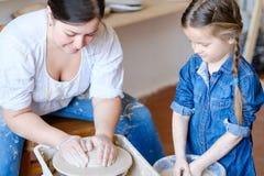 Les loisirs créatifs de thérapie d'art de poterie enseignent la fille images libres de droits