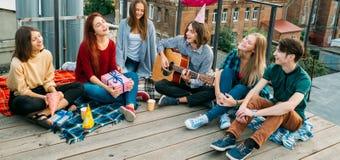 Les loisirs de la jeunesse insouciants chantent détendent le point de vue photo libre de droits